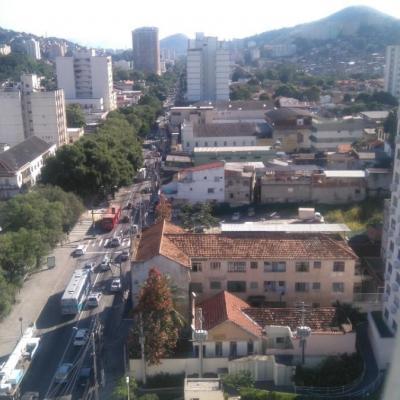 Apartamento reformado 2 quartos com dependência completa no Fonseca